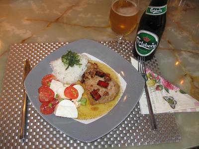 Tuna steak with rice and tomato salad with mozzarella